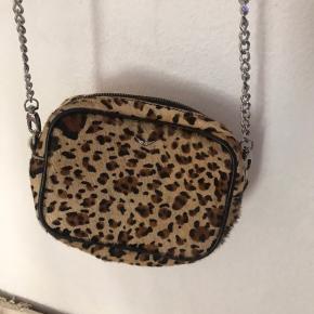Lækker leopard taske i pony hair  Den har lidt slid bagpå , se billeder i kommentar felt  Så fin  Absolut Mp 750