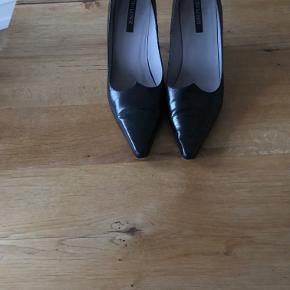 Fin sko i skind med 7 cm hæl