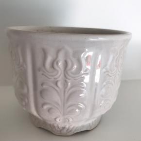 Vintage 1970's hvid Scheurich Keramik W.Germany keramik urtepotteskjuler, nummer 810-13. Brugt meget og har stået ude, derfor grim indeni og i kanten forneden, se billede. Tænker det godt kan skrubbes af.. Har dog ikke prøves, pris sat efter stand.