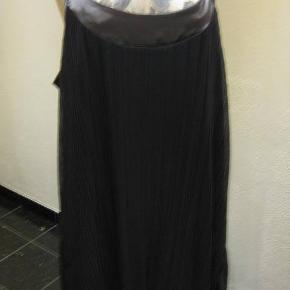 Zay plisse tunika/kjole med foer str M Bm 2x61 cm Længde fra under armen og ned 78 cm -polyester - regulerbare stropper - har et par små tråde udtræk på bærestykket - 65 kr. plus porto grå med sølvkant (m8507)  #Secondchancesummer