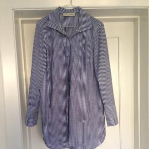 Skjorten er brugt én gang, hvor to små huller er kommet - de ses ikke når den er på! Men derfor sælges den så billigt! Np. 1499,-