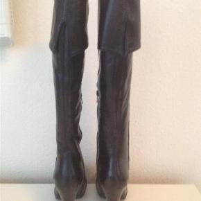 De fedeste skind støvler led plateau sælges helt nye i original kasse  i Str 36, 37 og 40  De er perfekte i pasformen og suveræne at gå i. De kan være foldet ned eller bruges som overknee.  Virkelig en smuk tidsløs feminin støvle i bedste kvalitet 👌