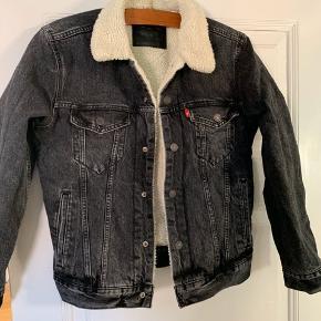 Super fed jakke fra Levi's. Sælger da den ikke passer mig mere, og tænkte den skulle have mulighed for at glæde en ny! En jakke med et tidsløst design. Super kvalitet og en jakke man aldrig går galt i byen med