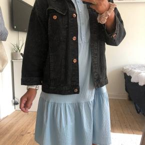 Oversize sort denim jakke fra monki. Fremstår i god stand
