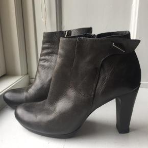 Varetype: Støvletter Farve: Grå Oprindelig købspris: 1499 kr.  Fine sko, brugte et par gange
