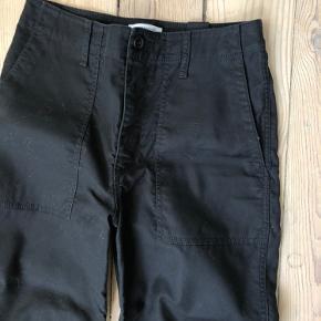 Cargo- bukser med lommer. Brugt 3 gange. 100% bomuld. Kan afhentes på Nørrebro. Bytter ikek