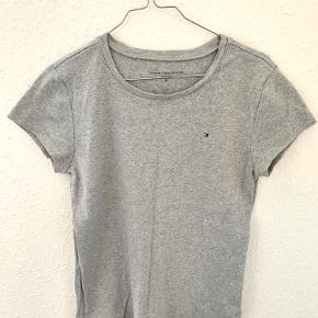 Lækreste Tommy-t-shirt i en str. M (men passer også en S).  Er brugt få gange, og har egentligt bare ligget i skuffen. Derfor skal den nu videre til en ny ejer 🌸   Varen kan sendes på købers regning eller leveres i Hillerød eller Gribskov-området mod betaling  💛💛💛