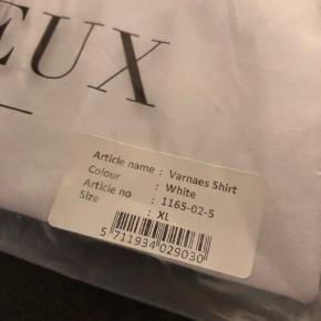Helt nye Les deux Oxford skjorte. Aldrig brugt. Jeg fik 2 af disse til min fødselsdag og da denne aldrig er pakket ud tænker jeg den skal videre! 350 kr