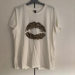 Sælges T-shirt med leopard print i str XL kan os passes af en str L købt i Vero Moda sidste år, og den har aldrig været brugt, så den fejler intet.