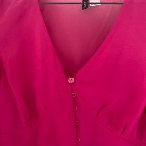 Lækker luftig bluse i den fineste pink og flotte detaljer