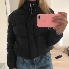 Sort dyne jakke fra mærket Light Before Dark købt i Urban Oufitters i small.   Byd gerne💛