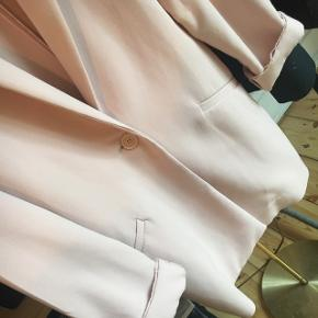 Blazer / let-frakke fra Oasis i pastel lyserød Str: 36 (men oversized i stilen) Np: 399