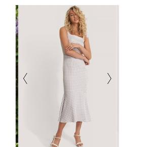 Sælger denne vildt flotte kjole fra NA-KD, da den desværre er for lille - kjolen er helt ny med prismærke og står til 399kr på hjemmesiden. Modellen på billede har str 34 på, ligesom den jeg sælger