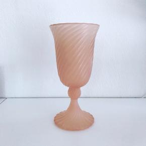 Fin vase/lysestage/skål i lyserødt glas på fod 💗 H:23. 175,- #lyserødvase #lyserødlysestage #lyserødskål #vase #lysestage #glas #glaskunst #blåtglas #lyserødtglas #rosaglas #glasskål #loppefund #loppeguld #loppemarked #genbrugsfund #genbrugsguld #sælges #tilsalg #sælgesaarhus #boligindretning #boligliv #boligmagasinet #loppedeluxe #indretning #retroglas #lopper #loppersælges #loppertilsalg #genbrugsguld #genbrugsguldtilsalg #genbrugsguldsælges