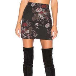 Jeg sælger min Ganni nederdel, da den er for lille. Den er ny 😊 Sælger også den matchende blazer!