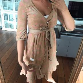 Sæt med kjole og bluse til i str. 1   Kom med seriøse bud, tager kun billeder og mål for dem som er oprigtigt interesseret i at købe. :)