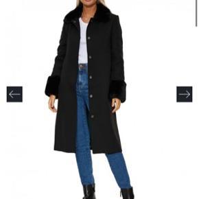 Virkelig smuk Serena jakke/frakke fra Meotine. Kunstig pels ved krave og ærmer.   Inderfor kan taget ud, så den også kan bruges længere ind i foråret.   Str. M/L, men lille i størrelsen.