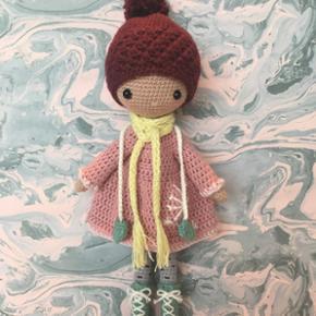 Hæklede hjemmelavede dukker i økologisk bomuld og med aftagelig kjole. Prisen er for 1 dukke.  Kan sendes med post - køber dækker porto.