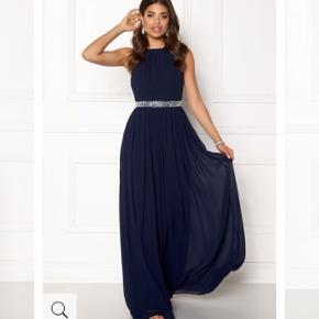 Lige købt her i starten af maj.  Helt vildt fin kjole, men blev enig med mig selv om den er for fin til mig. Aldrig brugt, kun prøvet på. Rigtig fin til galla eller bryllup.