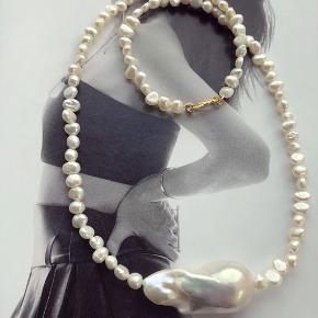 Smuk stor barok perle med små barok ferskvandsperler - laves efter længde ønske.  Kæden her er 45cm   Pris fra 375.- plus Porto