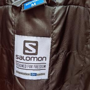 Skaljakke fra Salomon i top kvalitet.  Brugt 5 dage på ski i 2020, derfor så god som ny.   Prismærket sidder stadig på og jeg har kvittering.