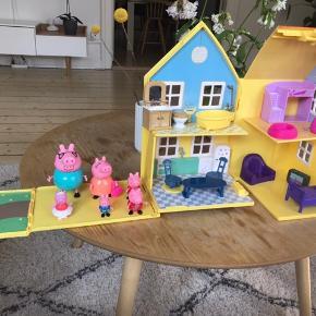 Gurli gris møbler med alle møbler og alle figurerne. Huset kan lukkes. Fået i gave men det var et fejlkøb, så står som nyt.