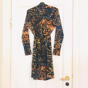 Rigtig flot forårslig  BAMBI ARTITIC kjole fra Modström med et fint binde bånd til 👍🥰    19-T