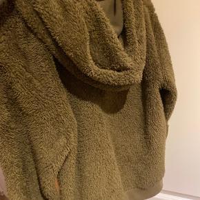 Lækker blød hættetrøje med lynlås fra obey. Den er lidt lille i str og den passer derfor str M helt fint i L.