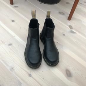 Næsten ikke brugt Dr. Martens sko/boost. Passer en 39. VEGAN læder. Kan sendes med post.