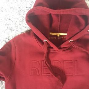 Lækker sweatshirt i meget dejlig kvalitet. Kun brugt en gang - er som ny!