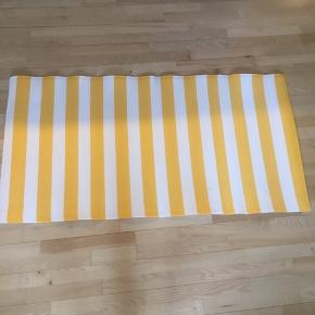 Spritnyt udendørs tæppe fra IKEA. Kun pakket ud af indpakningen - aldrig brugt