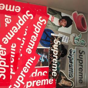 En masse Supreme stickers, man er velkommen til at byde på nogle eller alle. Kan afhentes i Taastrup MP:250