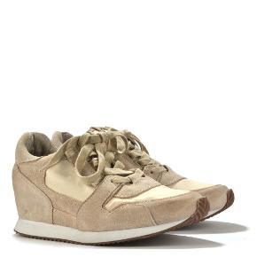 Sneakers med indbygget hæl - kun prøvet på 1 gang. Meget bløde og behagelige.  Jeg handler kun via mobilepay