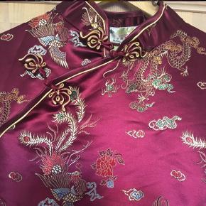 Så smuk en silkekjole! Helt ny og ubrugt🌸 Kan tage mål ved interesse. Ca. En str. 40-42. Se gerne alle mine andre annoncer også🌸