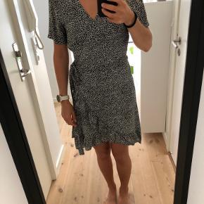 Sort- og hvidmønstret slå-om-kjole fra Minimum
