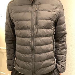 Sort overgangs jakke fra parajumpers sælges Str. L  God stand - med almindelig brugstegn   Kvittering haves ikke, derfor den billige pris - det ses dog tydelig varen er ægte.   QR kode haves