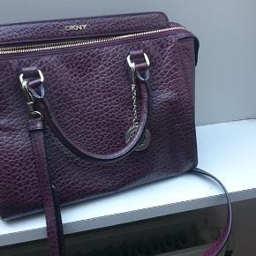 Super flot taske af mærket DKNY i læder. Sælges kun da den er for lille til mit behov. Kun brugt få gange.