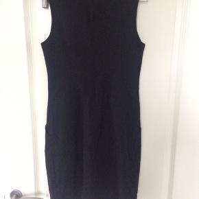 Feminin knælang ærmeløs kjole, 2 skrålommer foran og læg...lynlås i ryggen....76% viskose/20%polyamid/4%elastan....str 1(UK)... figursyet... aldrig brugt... pris +Porto, gerne mobilpay eller TS-handel +5%