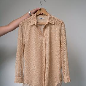 Super fed langærmet nude, mesh / net Acne skjorte med krave. Plejeetiket er fjernet. I perfekt stand. Semi gennemsigtig pga. af hullerne. Oversized fit.