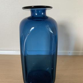 Super fin blå retro glasvase fra Holmgaard. Vasen er i meget fin stand og uden skår og ridser. Højde 16 cm.