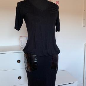 Sort kjole med v hals og glans look på låret Fra The run str m.  Brugt 1 gang.  Køber betaler Porto.