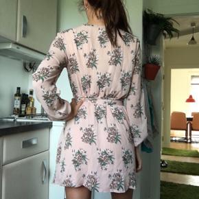Fin blomstret kjole fra nelly. Aldrig brugt. Sælges kun pga det var et fejlkøb Normal i størrelsen. Prisen er fast, men er til at forhandle med ved realistisk bud :)  Se også mine andre annoncer 😊🌼 Mængderabat gives naturligvis   Kjole pudder blomster