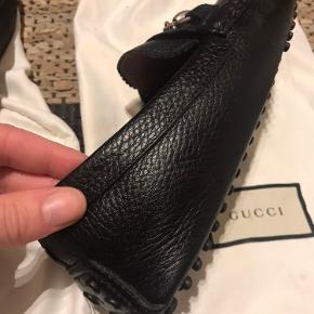 Gucci Loafers / drivingshoe sælges, da den ikke bruges mere. Str er 7. Svarende til 41. De er købt i 2017 i original Gucci butik. Og kvittering haves.  De har lædersåler. Få slidmærker i sålen i front og bagtil, det kan ikke ses når man har den på.  Skriv ved interesse og evt. for flere billeder. Kan sendes, dog er det købers eget ansvar. Der er to dustbags med til, samt kvittering.