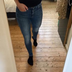 Sælger disse fine slim fit jeans i blå denim. De fejler ikke noget og er behagelig at have på da der er stræk i stoffet.   Se også gerne mine andre annoncer - mærker som Ganni, Mads Nørgaard, Prada, Second Female mm