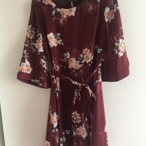 Sælger denne kjole fra Objekt (Bestseller) str m  Den er næsten ikke brugt. Bruges ikke længere. Ligger bare i skab  Ny var 375kr og den sælges for 225kr uden fragt. Sender gerne
