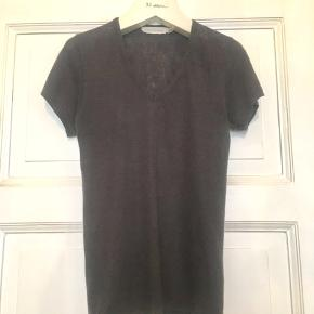 Fin t-shirt i 100% linen (hør) fra Isabel Marant Etoile . Farven er lys sort/meget mørkegrå . Brugt og har drejet sig lidt mod den ene side efter vask , men er i god stand uden huller, pletter, fnuller eller lign.  Brystmål: 40 cm på tværs fra armhule til armhule+stretch, dvs 80 cm i omkreds+stretch. Længde: 61 cm fra nakken og ned. En FR S, der konverter til en dk XS 34. Søgeord: hør t-shirt top sort mørkegrå Black linen bluse basic klassisk V-neck