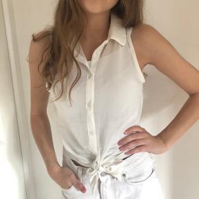 Sælger denne søde skjorte i hvid, sælger den også i sort!   Den kan hentes i Aarhus og Skanderborg, ellers sendes på købers regning☀️