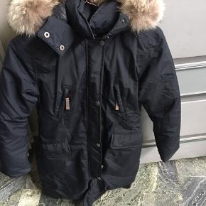 Super fin jakke fra Ver de Terre str 14 år.  Jakken er i super fin stand også pelsen.