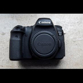 BILLEDER TAGET FRA MIT EGET DBA OPSLAG.  Sælger mit Fullframe kamera 6D (bemærk ikke ii), da jeg har brugt det som backup-kamera, men må indse jeg ikke bruger det nok.  Shuttercount: 8015 (8%) Jeg er nr. 2 ejer. Har et par kosmetiske fejl, men intet som præger den.  Der medfølger 1x batteri og oplader.  Afhentes i horsens. Kan tages med til Esbjerg.  _________________  Der et ét fokuspunkt ude mod venstre som ikke fungerer, men ikke noget jeg har været generet af.  Info fra canon.dk:  Et digitalt spejlreflekskamera med 20,2 Megapixel, som indeholder en fullframe-sensor og har et kompakt design. Det er ideelt til portrætfotografering og på rejser, giver stor kontrol over dybdeskarphed og mulighed for at bruge det sammen med et stort udvalg af EF-vidvinkelobjektiver.  Info/Fordele:  20,2 Megapixel fullframe-sensor Robust, let konstruktion Maks. ISO 25600 (kan udvides til ISO 102400) 11-punkts AF, følsom ned til -3EV GPS* registrerer din position Wi-Fi** filoverførsel og fjernbetjening Full HD-video