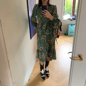 Smuk kjole fra Monki i str. s. Fremstår som ny!